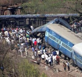India: 13 killed, 30 injured as train derails in Maharashtra