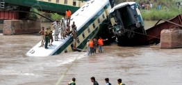 Pakistan: 19 killed as train carrying soldiers crashes