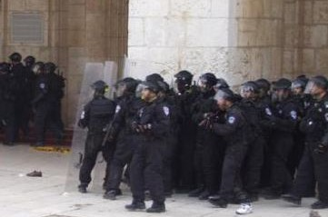 Palestine: Israeli soldiers attack Palestinians trying to enter Al-Aqsa Mosque